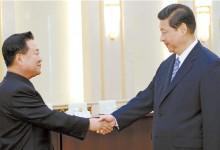 김정은 북한 국방위원회 제1위원장의 특사 자격으로 방중한 최용해 당시 총정치국장(왼쪽)이 2013년 5월 베이징 인민대회당에서 시진핑 주석을 만나 악수하고 있다. [중앙포토]