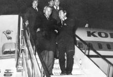 이후락 중앙정보부장(앞줄 왼쪽)이 1972년 7·4 남북공동성명을 위한 평양 방문을 마치고 서울에 도착해 특별기에서 내리고 있다. [중앙포토]