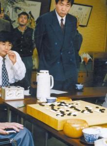 후지사와(왼쪽)의 은퇴 기념 대국은 아끼던 조훈현과 두었다. 서 있는 사람은 린하이펑 9단. [일본기원]