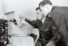 1963년 8월 30일 미군이 국방부에 설치된 미·소 핫라인 텔레프린터를 테스트하고 있다. [AP]