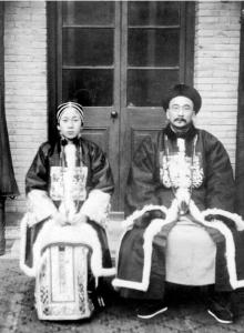 우정대신 시절의 탕샤오이(오른쪽)와 조선 출신의 조씨 부인. 1906년 베이징. [사진 김명호]