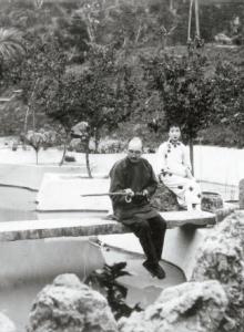 은퇴 후 골동품 수집과 낚시를 즐기며 유유자적하는 탕샤오이. 1923년 봄, 주하이 (珠海)의 궁러위안(共樂園). [사진 김명호]