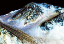 1 최근 미 항공우주국은 화성에서도 계절에 따라 물이 흐른다는 증거가 발견됐다고 밝혔다. 어두운 경사면이 계절에 따라 나타났다가 사라지는 것이 소금물이 흐른다는 증거다.