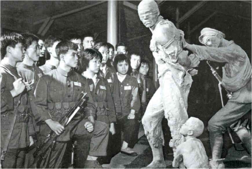 20여년 가까이 '수조원'은 중공의 교육기지였다. 문혁 시절인 1974년, 수조원을 참관하는 상하이 민병들. [사진 김명호]