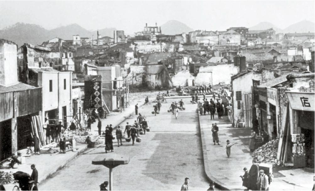 5년간 계속된 일본의 공습은 충칭 시민들에게 생활의 일부로 자리 잡았다. 1941년 가을 공습 직후의 충칭 거리. [사진 김명호]