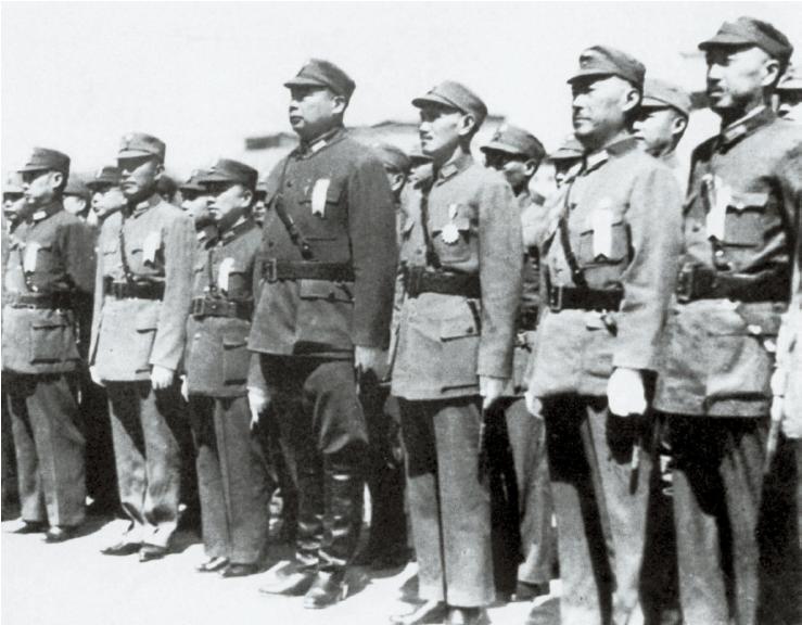 린썬의 훈시를 경청하는 중앙군사위원회 수뇌들. 오른쪽 세 번째가 위원장 장제스. 네 번째는 부위원장 펑위샹(馮玉祥). 1937년 12월, 우한. [사진 김명호]