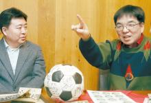 지난 1일 강남의 한 레스토랑에서 1970년대 축구 자료들을 놓고 '기억 배틀'을 하고 있는 장규홍(왼쪽) 대표와 장원재 박사. 강정현 기자.