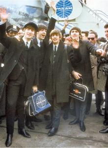 지금으로부터 52년전인 1964년 2월 7일 미국 공연을 위해 뉴욕 케네디 공항에 도착한 뒤 열렬한 환호를 받고 있는 비틀스. 왼쪽부터 존 레논, 폴메카트니, 링고 스타, 조지 해리슨. 미국 공연이 성공을 거두면서 이른바 '영국의 침입'이 시작됐다.