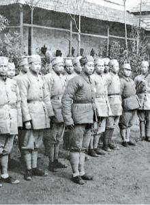 군사 훈련을 마친 승려들. 전쟁이 끝난 후, 화약 냄새가 향 냄새보다 익숙해졌다며 군에 남은 승려들이 많았다. 연도 미상. [사진 김명호]