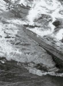 1943년 8월 24일 미 해군 호위항모코어에서 출격한 TBF-1 어벤저 뇌격기와 F4F 와일드캣 전투기로부터 기관총과 폭뢰 공격을 받고 침몰하는 독일의 유보트 U-185.
