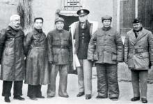 마오쩌둥(오른쪽 둘째), 주더(왼쪽 셋째), 저우언라이(왼쪽 둘째)와 함께 미국 대통령 루즈벨트의 특사 헐리 일행과 회담을 마친 린보취(왼쪽 첫째). 1944년 가을 옌안. [사진 제공 김명호]