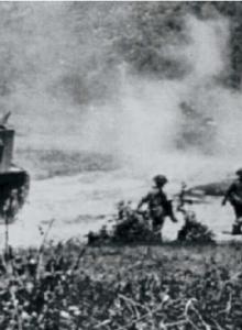임팔·코히마 지역에 진출한 일본군 병력을 공격하기 위해 영국군 구르카 부대 병사들이 M3 리 전차와 함께 진군하고 있다.