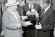 1959년 7월 24일 흐루쇼프(왼쪽의 모자 쓴 사람)와 닉슨(마이크를 잡은 사람)이 서로 삿대질을 해가며 자신의 체제를 선전하고 있다. [사진 미의회도서관]